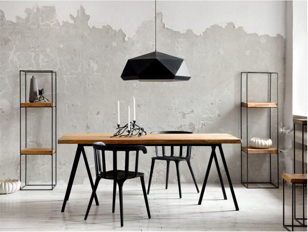 Industrialne wnętrze z meblami loftowymi, stół krzesłami regały