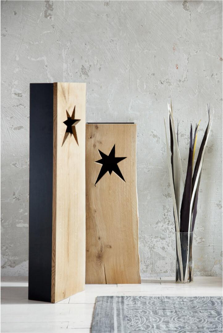 dwa metalowo drewniane lampiony z gwiazdami