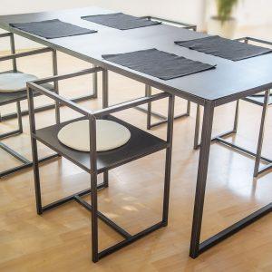 stół industrialny i krzesła