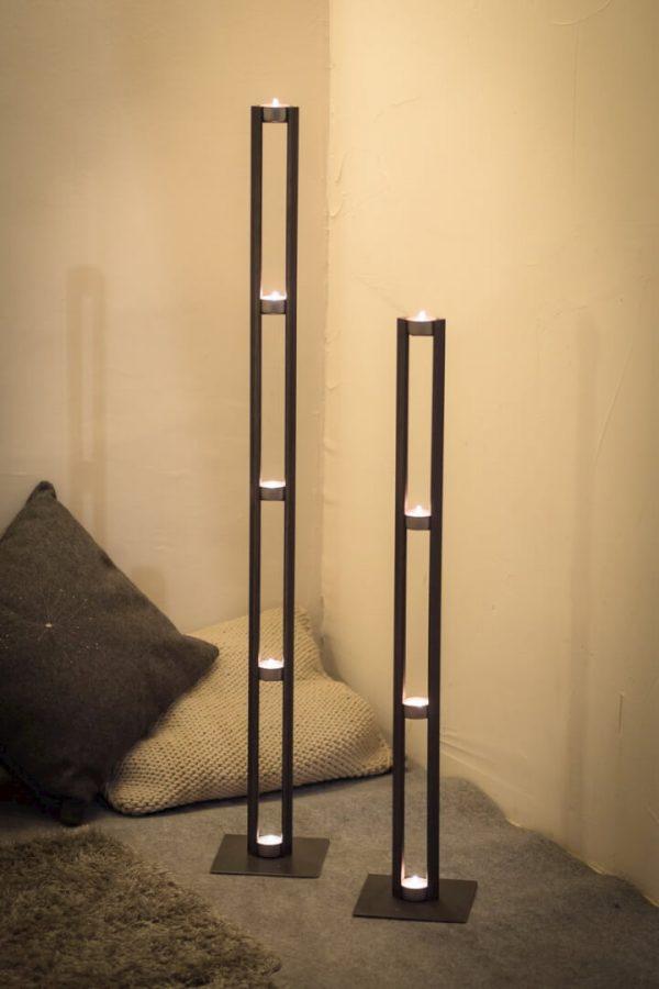 dwa duże metalowe świeczniki
