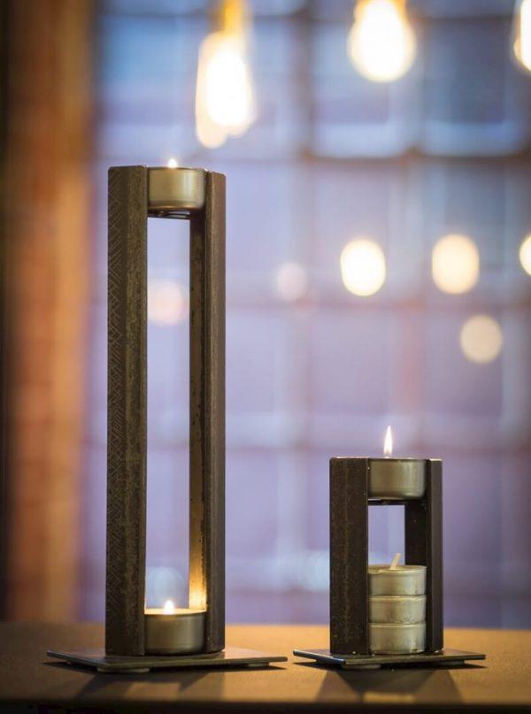 dwa metalowe świeczniki