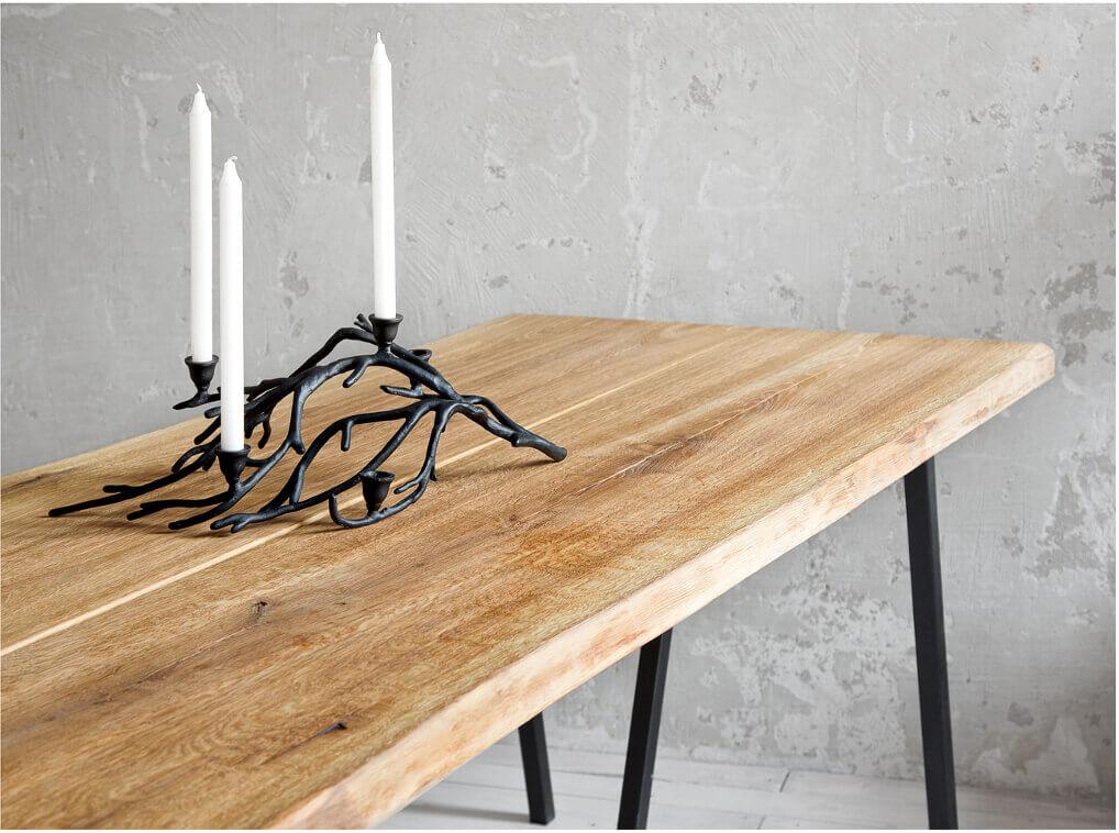 metalowo drewniany stół loftowy ze śwoecznikiem