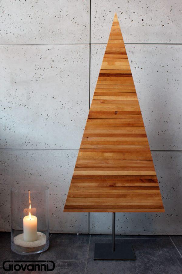Drewniana choinka na metalowym stojaku