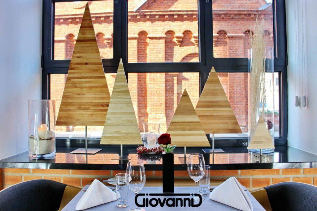 4 choinki drewniane na stole szklanym