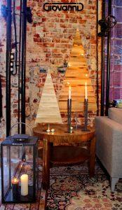 Choinki drewniane na stole we wnętrzu loftowym
