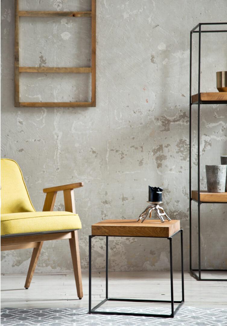 wnętrze skandynawskie z małym stolikiem drewnianym